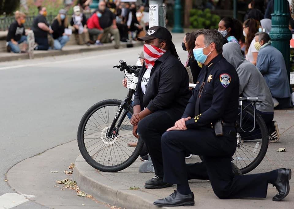 "Santa Cruz police officers take a knee during protests. ""In memory of George Floyd and bringing attention to police violence against Black people."" PhotoCredit @Shmuel_Thaler https://t.co/VCuTgL4tqW"