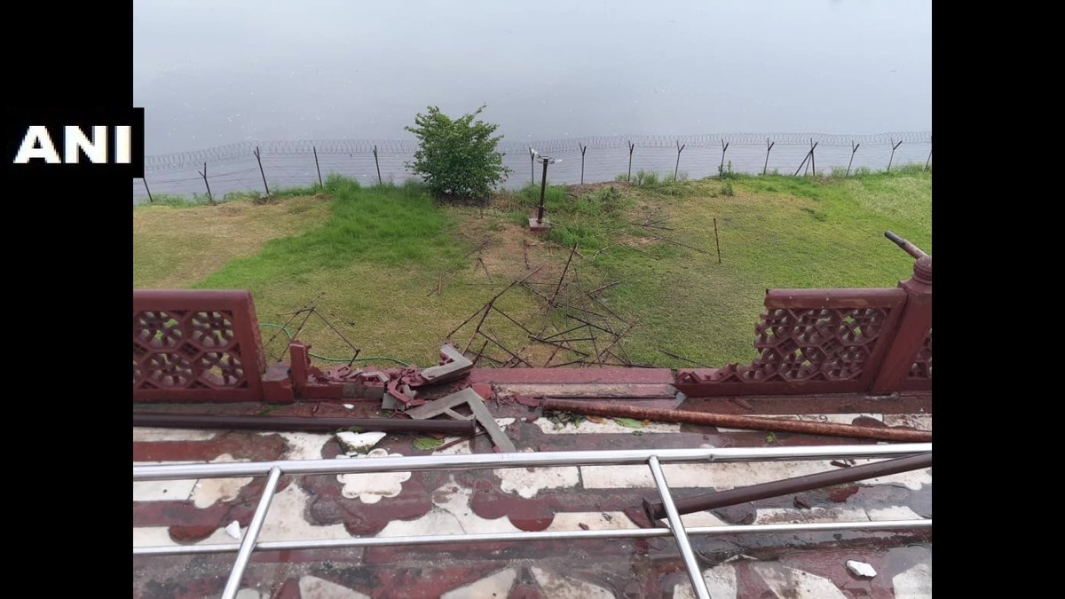 Agra: Thunderstorm in the city yesterday,damaged Taj Mahal's wooden gate, marble railing & 2 red sandstone meshes.   (Pics: ANI) https://t.co/CjPNCSuPe3