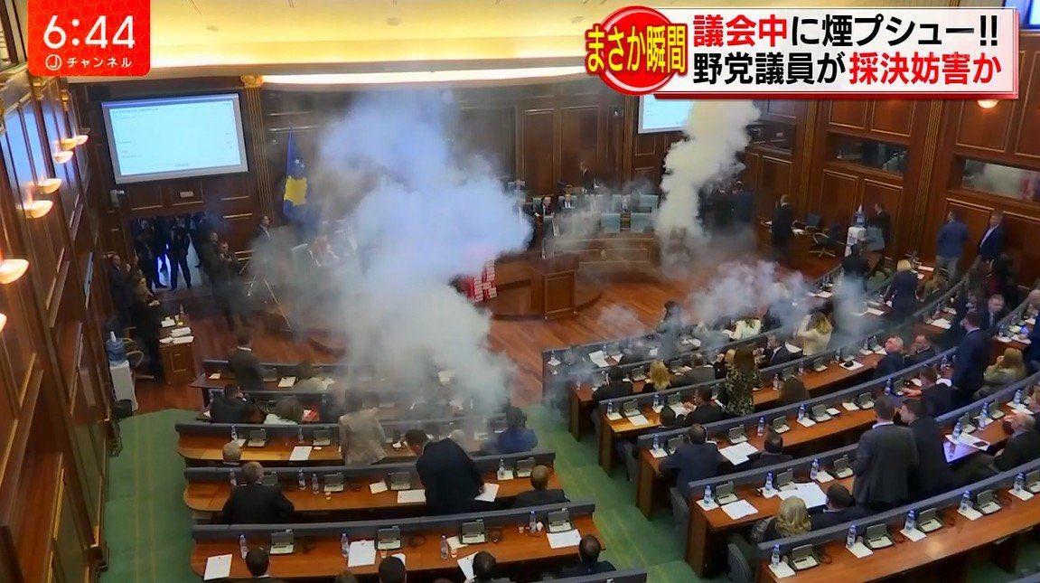 野党の催涙ガス使用に対してガスマスク着装で対抗する与党