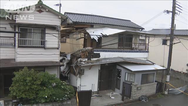 【空き家】橋を渡った車、勢い余って住宅突っ込む 和歌山川沿いの道路で乗用車がガードレールと歩道のフェンスを突き破り、堤防下にある空き家の2階に突っ込んだ。運転手が軽傷を負った。