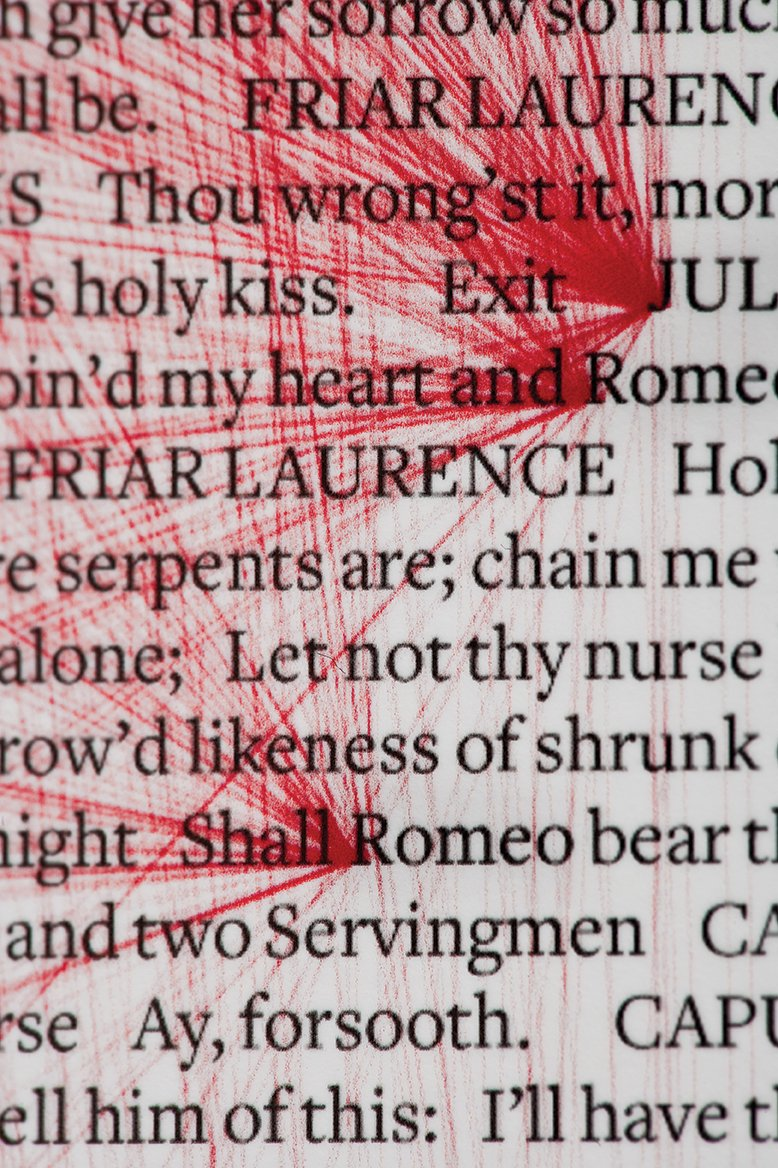 シェイクスピアの「ロミオとジュリエット」の戯曲の中に登場するジュリエット=180回、ロミオ=308回の単語の全てを赤い線で結んだ作品。線で結ばれた二人の箇所は55,440。デザインスタジオ〈Beetroot〉の作成。愛と血の感情を呼び起こした悲劇的な二人を「運命の赤い糸」で表現しました