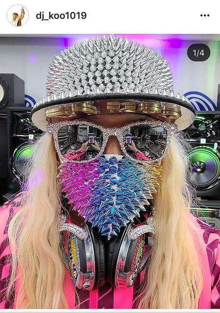 【ウイルス撲滅】DJ KOO、トゲトゲスタッズのマスク姿を披露アップした写真とともに、「マスク無しでも普通に生活が出来る日まで頑張って乗り越えてKOO!!」と呼び掛けた。