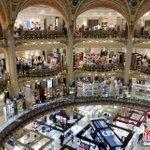 Image for the Tweet beginning: 當地時間30日,位於法國巴黎市中心奧斯曼大道的巴黎老佛爺百貨公司恢復營業。老佛爺百貨是法國最重要和最知名的連鎖百貨公司之一,此前由於疫情停業兩個半月。