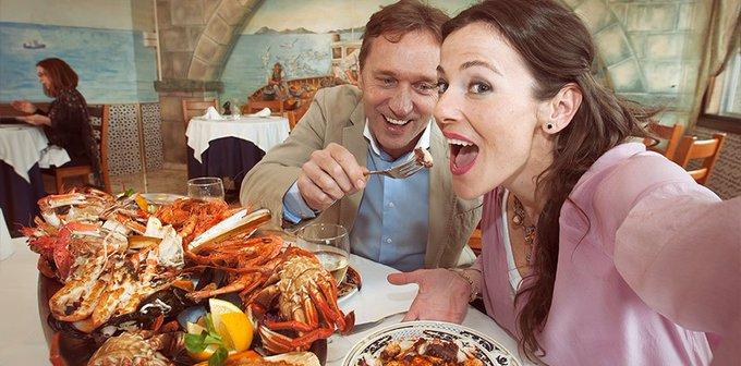 En el éxito de la cocina de Vigo confluyen varios factores: la riquísima tradición gallega, la diversidad de opciones gastronómicas  y el excepcional Puerto de Vigo, que nos surte de la mejor materia prima .  ¡ Disfruta de nuestro mar de sabores !