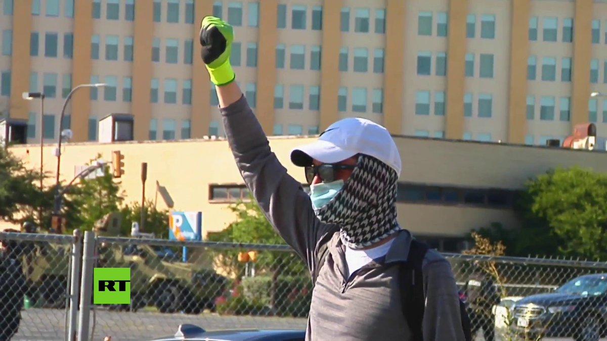 La Policía usó gases lacrimógenos para dispersar a cientos de manifestantes que se congregaron en Dallas para condenar el asesinato de George Floyd. Los agentes practicaron varios arrestos.