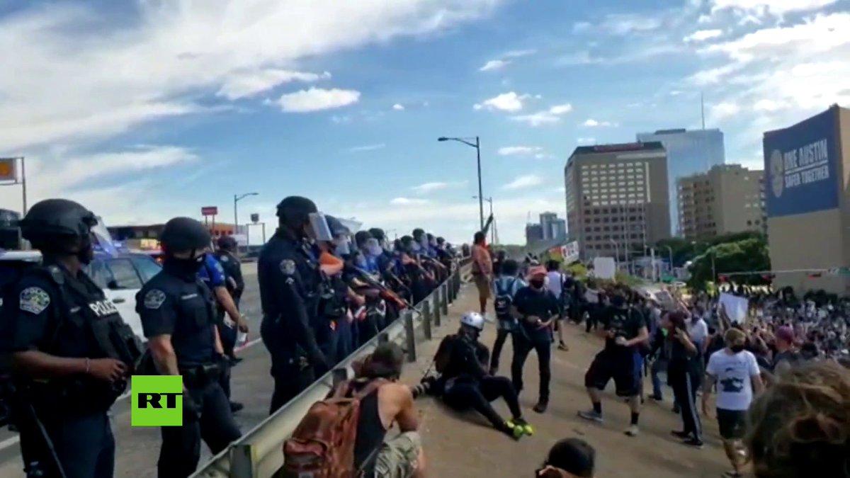 La Policía usó gases lacrimógenos y disparó balas de goma mientras los manifestante protestaban por el asesinato de George Floyd en Austin, Texas.