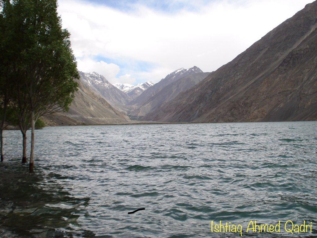 خوبصورت یادیں سدپارہ جھیل (موجودہ سدپارہ ڈیم) عقب میں دیوسائی کے برف پوش پہاڑ نظر آرہے ہیں مئی ۲۰۰۸ Beautiful memories #Sadpara Lake (now Dam)  #DeoSai mountain behind the Lake May 2008 https://t.co/nOg6eTA9eW