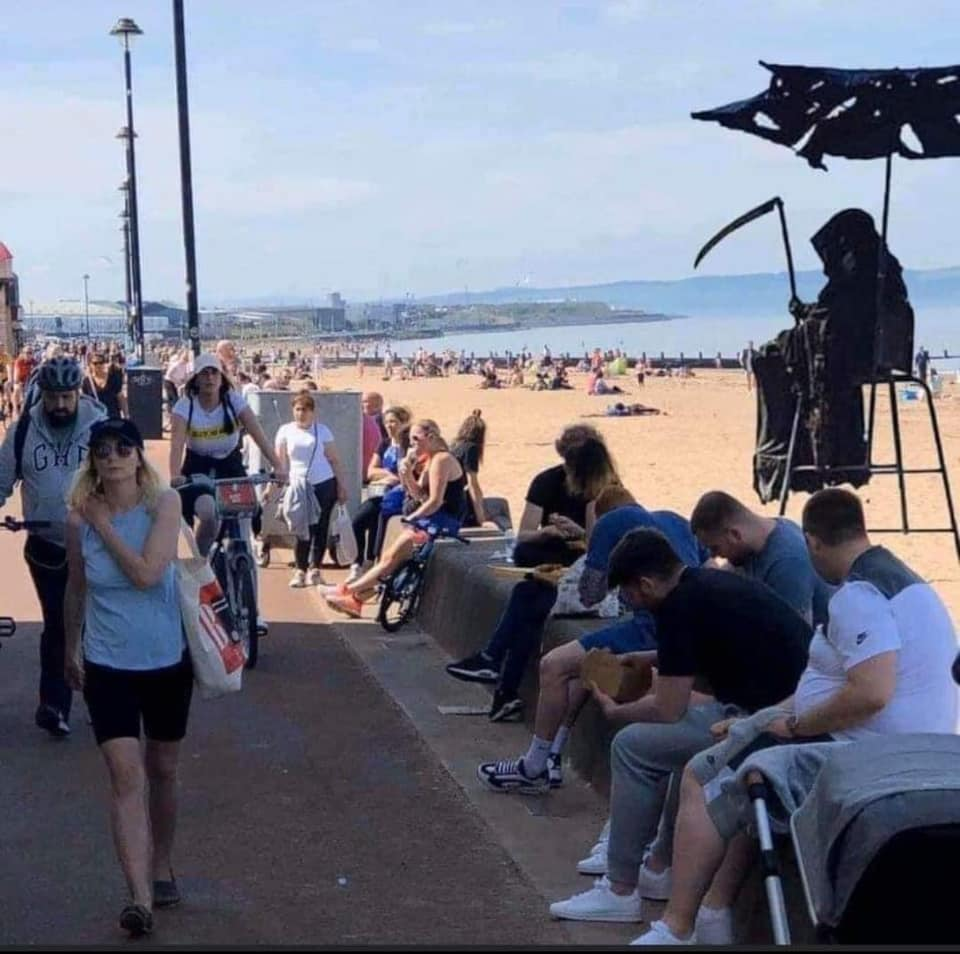Southend yesterday. Check out the lifeguard!  #SocialDistancing pic.twitter.com/cEabgoBT2v