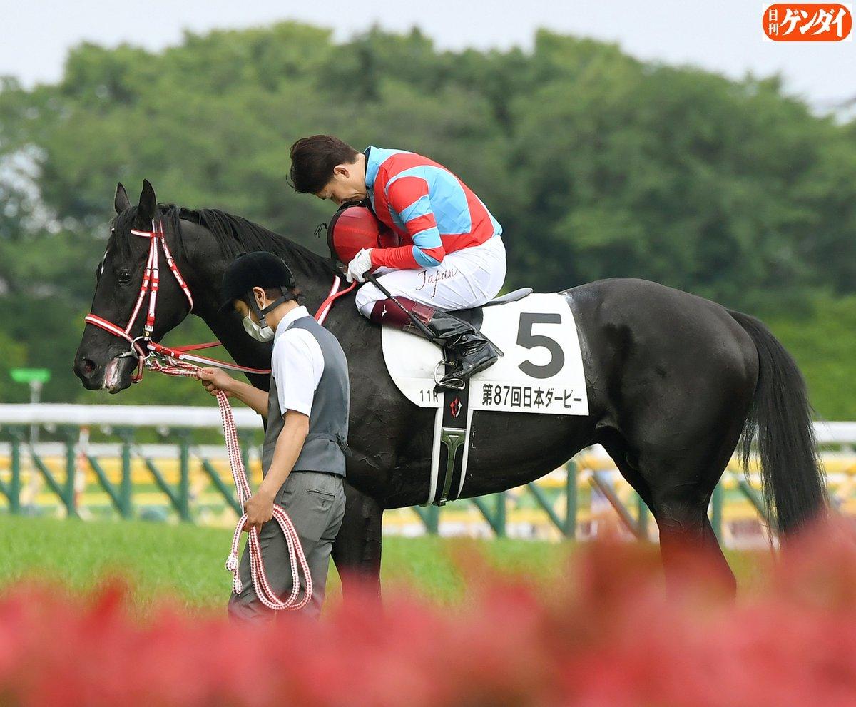 コントレイル で日本ダービー を制した福永祐一 騎手。ウイニングランの後、無観客のスタンドへ向かって脱帽、一礼。「スタンドにお客さんはいなかったですけど、沢山の方が画面越しに競馬を見てくださっていると思って、そういう思いを持って騎乗しました」#日本ダービー #コントレイル #福永祐一