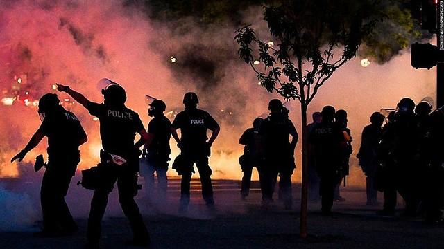 【激化】黒人死亡事件、全米へ抗議デモ広がる黒人男性が警官に首を圧迫され死亡した事件の抗議デモが全米各地に広がり、少なくとも25都市で夜間外出禁止令が出された。