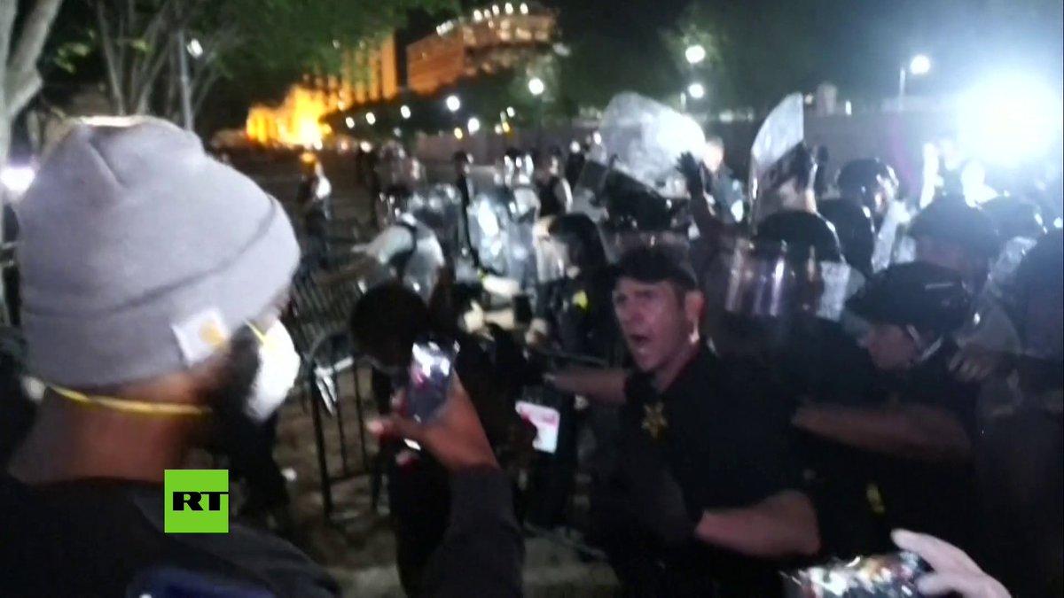 Grupos de manifestantes chocaron con agentes del Servicio Secreto y la Policía antidisturbios frente a las puertas de la Casa Blanca, durante protestas por la muerte del afroamericano George Floyd.