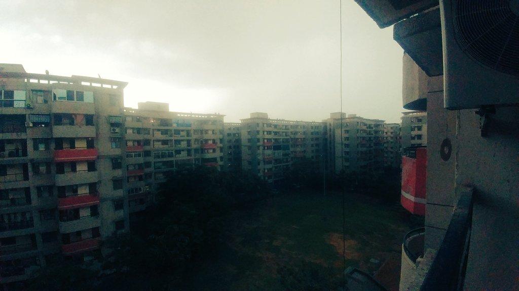 Greater Noida scenes #rain pic.twitter.com/hiwyBZJ10O