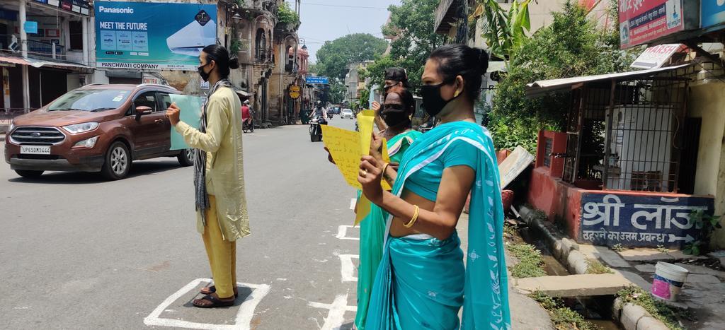 #वाराणसी में लोकडाउन तोड़ रहे लोगो को किन्नरों ने सिखाया इस तरह करे लोकडाउन का पालन #IndiaFightsCorona #Corona #Socal #Destencing #Varanasi #Third #Gender @UPGovtpic.twitter.com/bucN2KpCpK