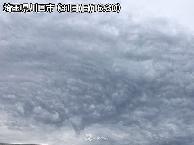 【東京など】関東南部に「乳房雲」が出現 ニワカ雨に注意「乳房雲」とは雲の中の強い下降気流と、雲の下の上昇気流がぶつかる事により、乱流が発生し、乳房のような形になった雲。局地的に雨雲が発達し、雨が強まるおそれがあるので注意が必要です。