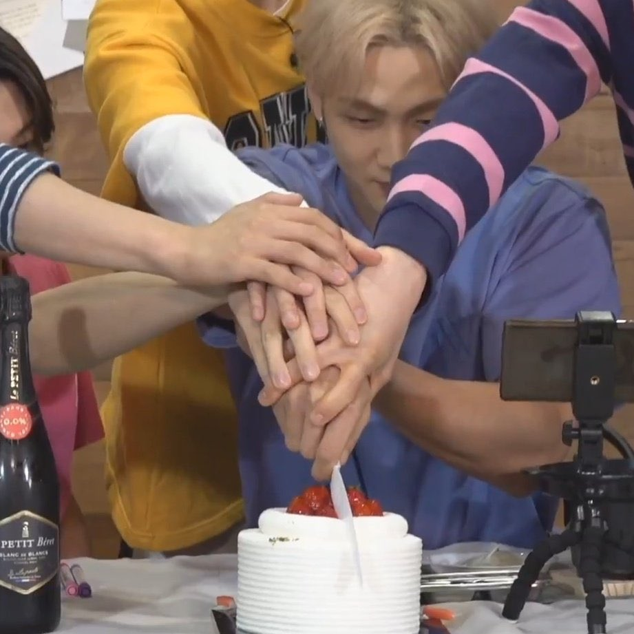 five hands to cut the cake together, five hands that has never let each other go for the past 3000 days <br>http://pic.twitter.com/yiREJbQ8c0