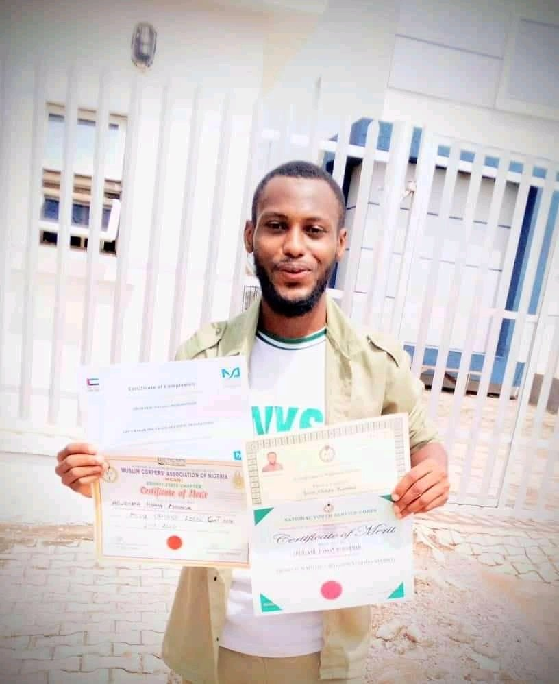 This was Abubakar Sadiq Hassan, a graduate of Chemical engineering, He did His POP just last week. He was on His way back to Kaduna from Ebonyi when He had an accident and died.  Inna lilahi waina ilehi rajiun, Pray for Him if you can, May Allah grant Him aljannatul Fridaus. https://t.co/R2ni521Nk6