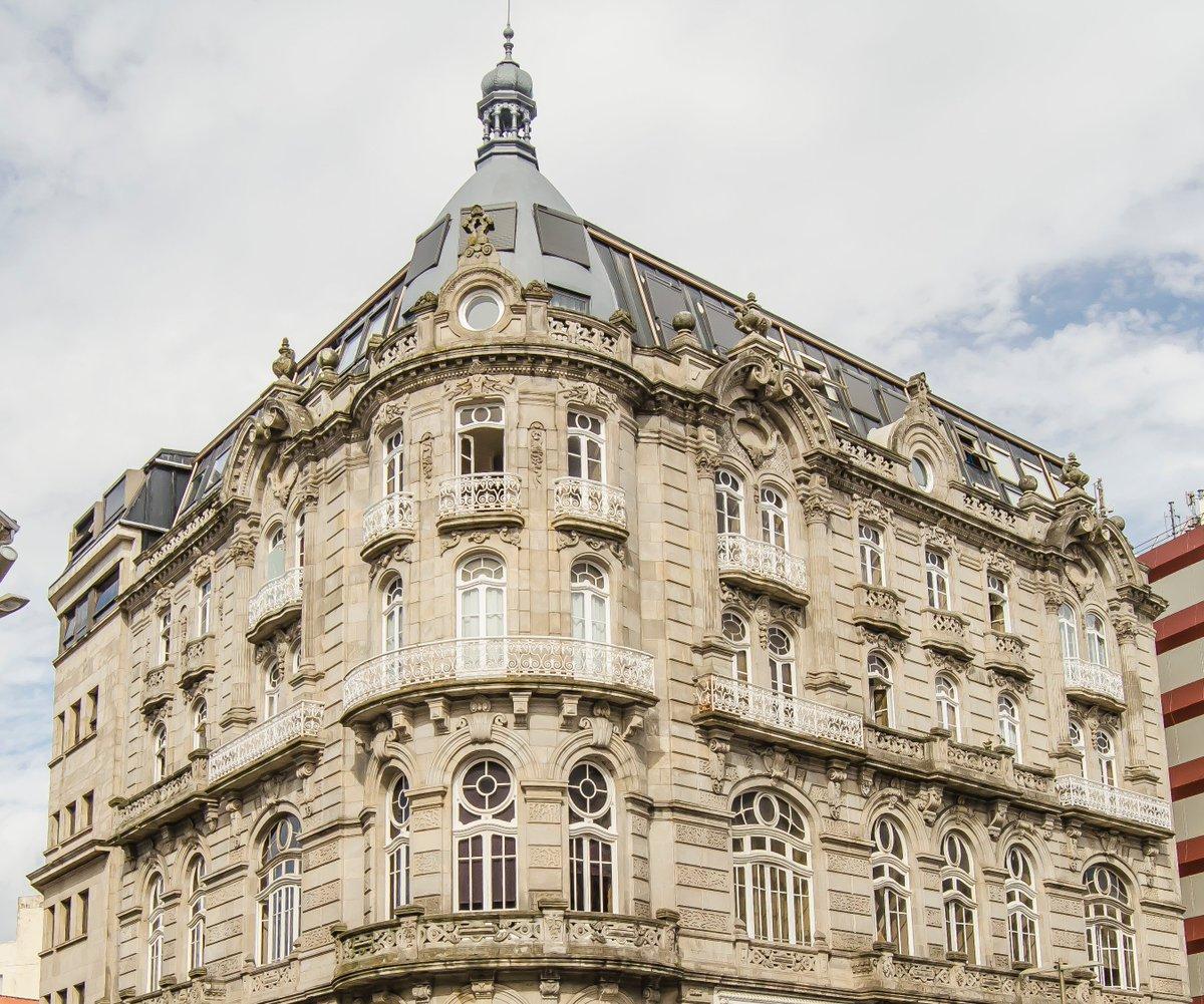 En el número 1 de la calle Policarpo Sanz se levanta uno de los edificios más bonitos y admirados de la ciudad: el antiguo hotel El Moderno (Michel Pacewicz, 1902)  #arquitectura @turisriasbaixas @Turgalicia