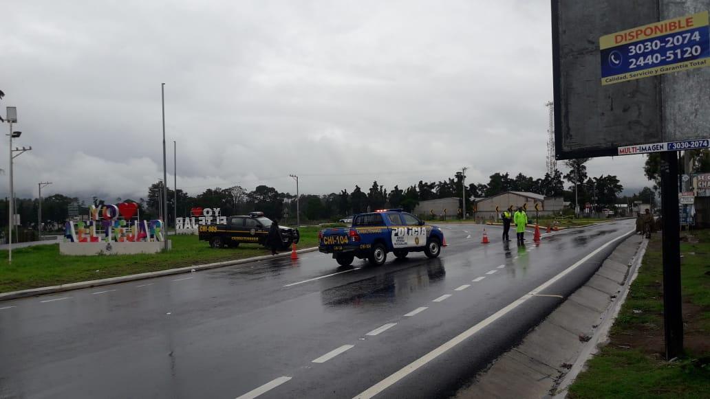 #AHORA Se cierra el paso hacia el Libramiento de Chimaltenango por riesgo a derrumbes. Agentes de la PNC y PMT desvían el tránsito en el kilómetro 51 de la ruta Interamericana. https://t.co/UlX5Kqvwr1