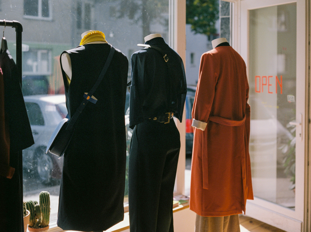 Open. Berlin, Germany. . Zenza #Bronica ETRS w/ Zenzanon EII 75mm f/2.8 on #Fujifilm Pro Neg 400H. . #120film #mediumformat #analog #film #filmisnotdead #filmisalive #filmfeed #filmphoto #believeinfilm #keepfilmalive #filmwave #filmforever #open #fashion #mannequins #berlinpic.twitter.com/r0ZSoBhsvX  by analogMoFo