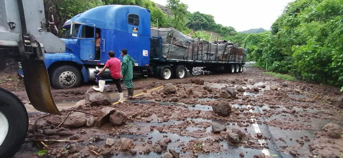 Todos los transitos por nuestro territorio estan suspendidos. @sg_sieca @SATGT @AduanasHonduras hasta que nuestras autoridades hagan evaluacion d nuestras rutas a nivel nacional. @aduanas_SV #TormentaAmandaSV https://t.co/3oYWdfpY1H