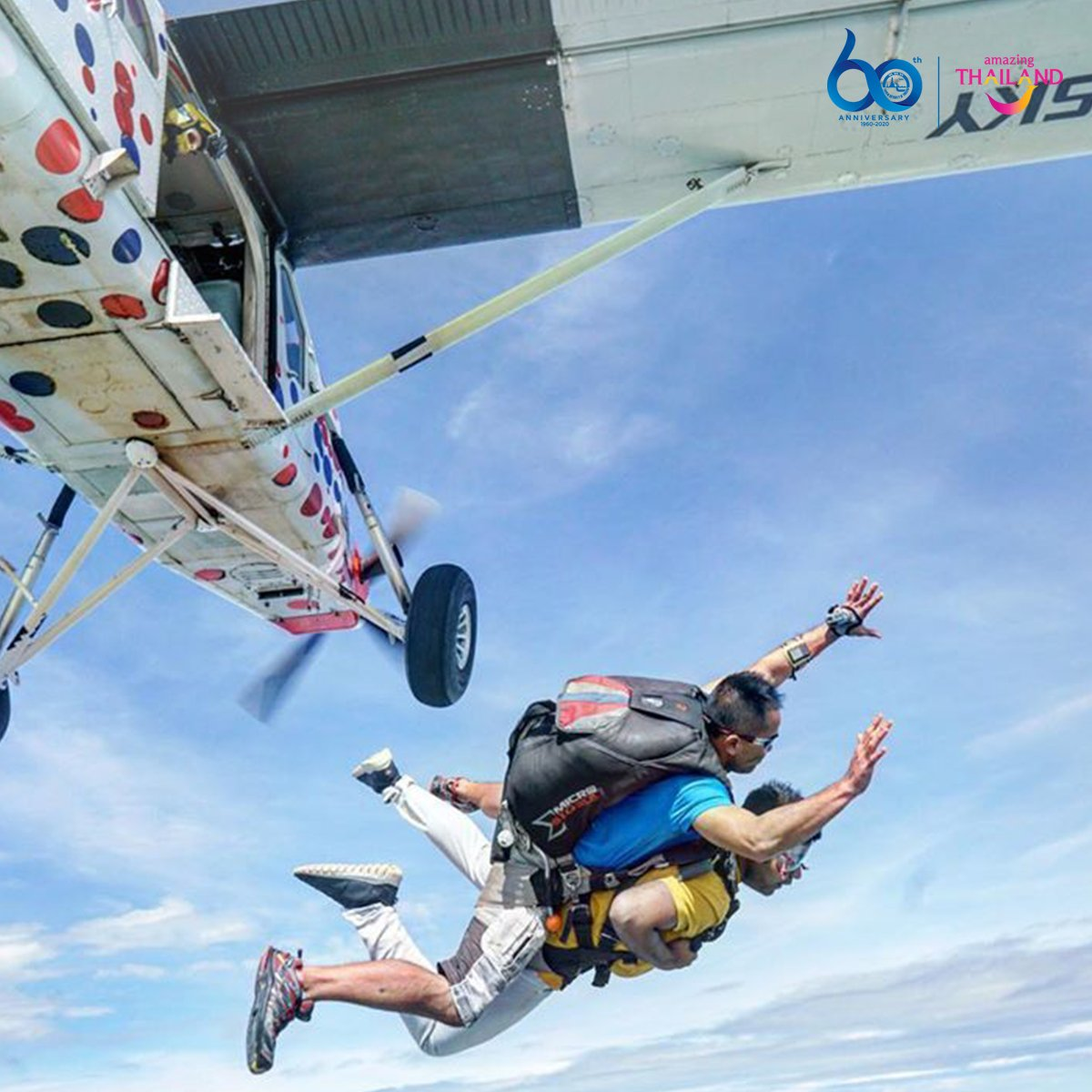@not_a_solo_traveller was sure to have an adrenaline-inducing rush, tandem diving through the skies over Pattaya #Thailand #AmazingThailand #Pattaya #ThaiTourism #ThaiTravel #TravelGrampic.twitter.com/wBqnFgWdw0