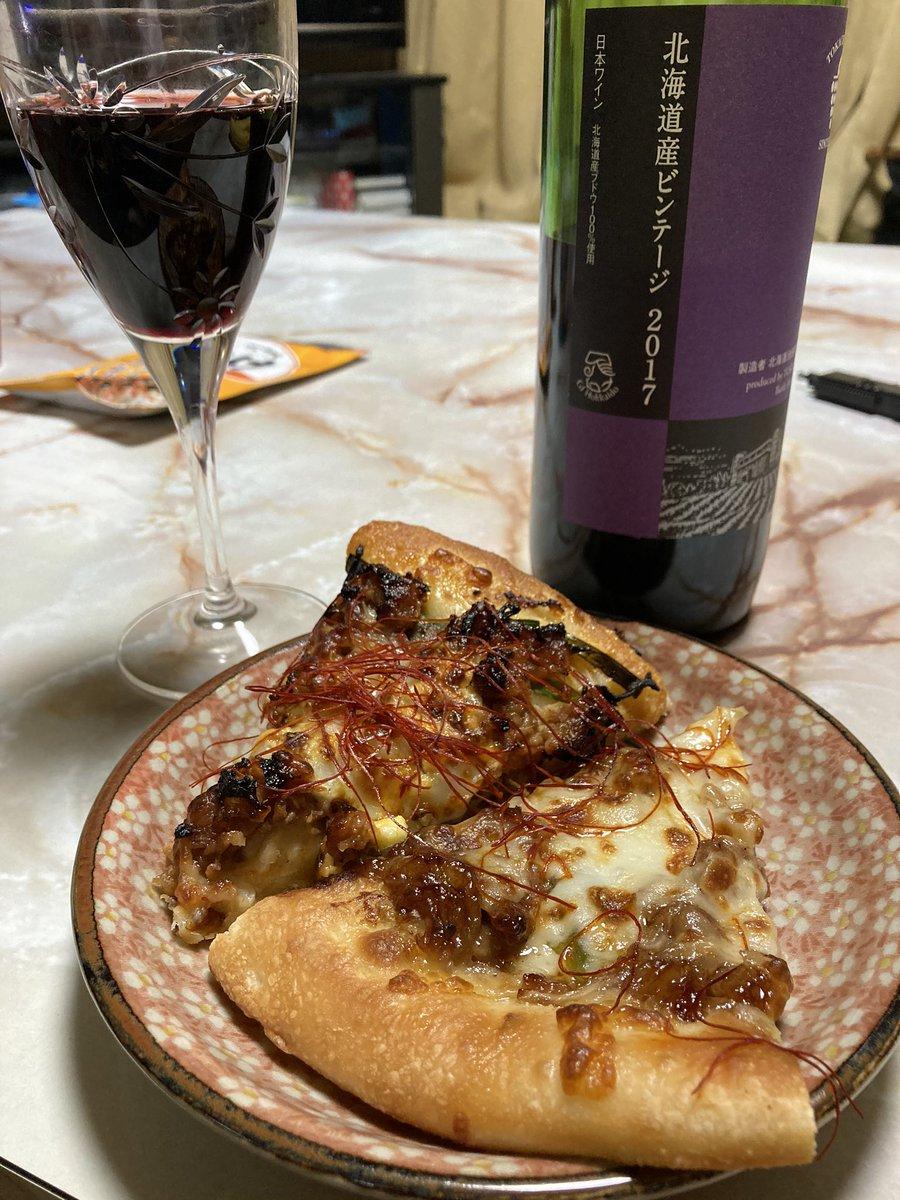 スンマセン。昨日のあまりのピザをやっつけますテロ的でゴメンなさい #ツイッター晩酌部 #とにかく呑み隊 #お酒好きな人と繋がりたい #ワイン #ピザpic.twitter.com/xbNp07lkCR
