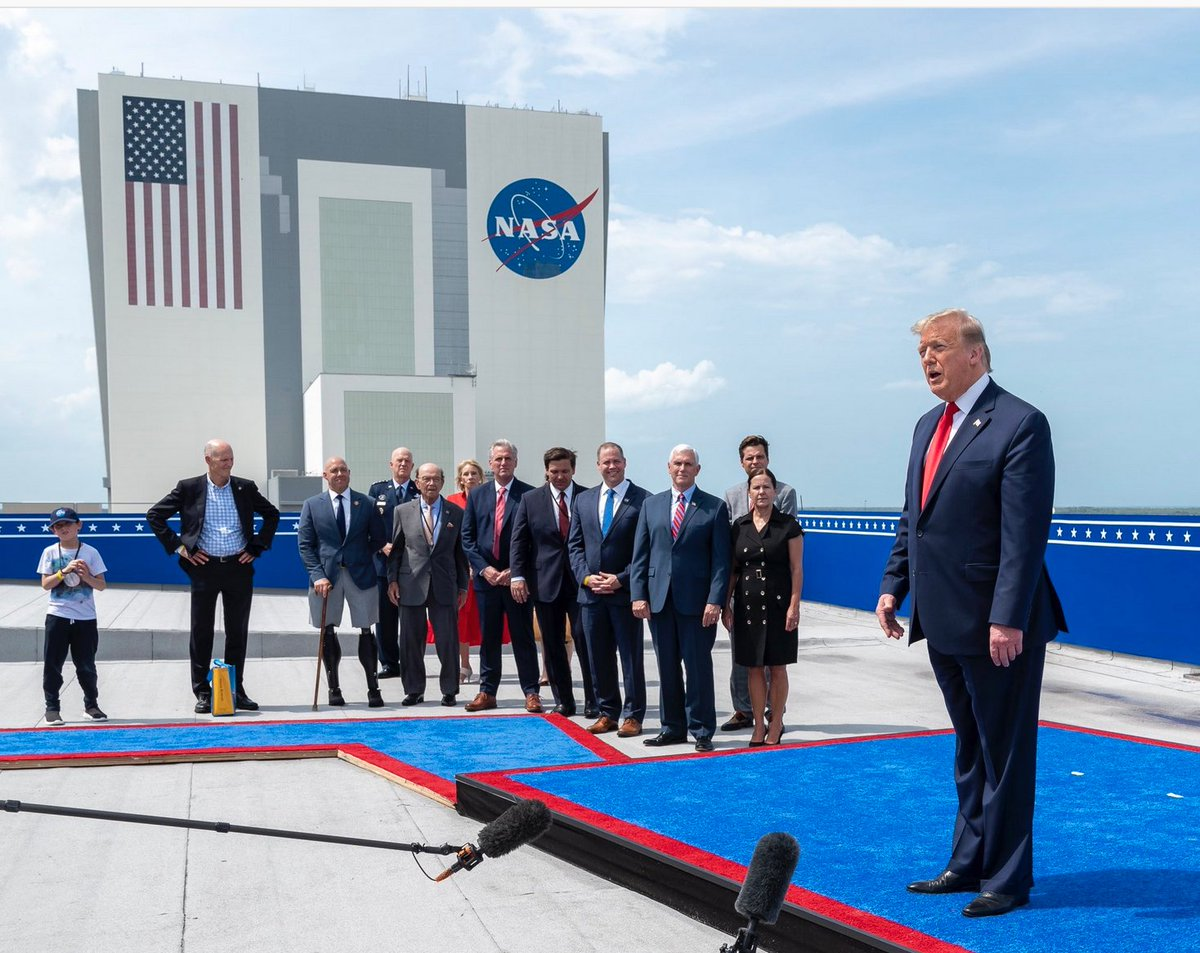 No masks, no distancing and a fake president who bizarrely stands like a mannequin with a metal rod up his ass... #Trump #SpaceX #Covid19 #coronavirus