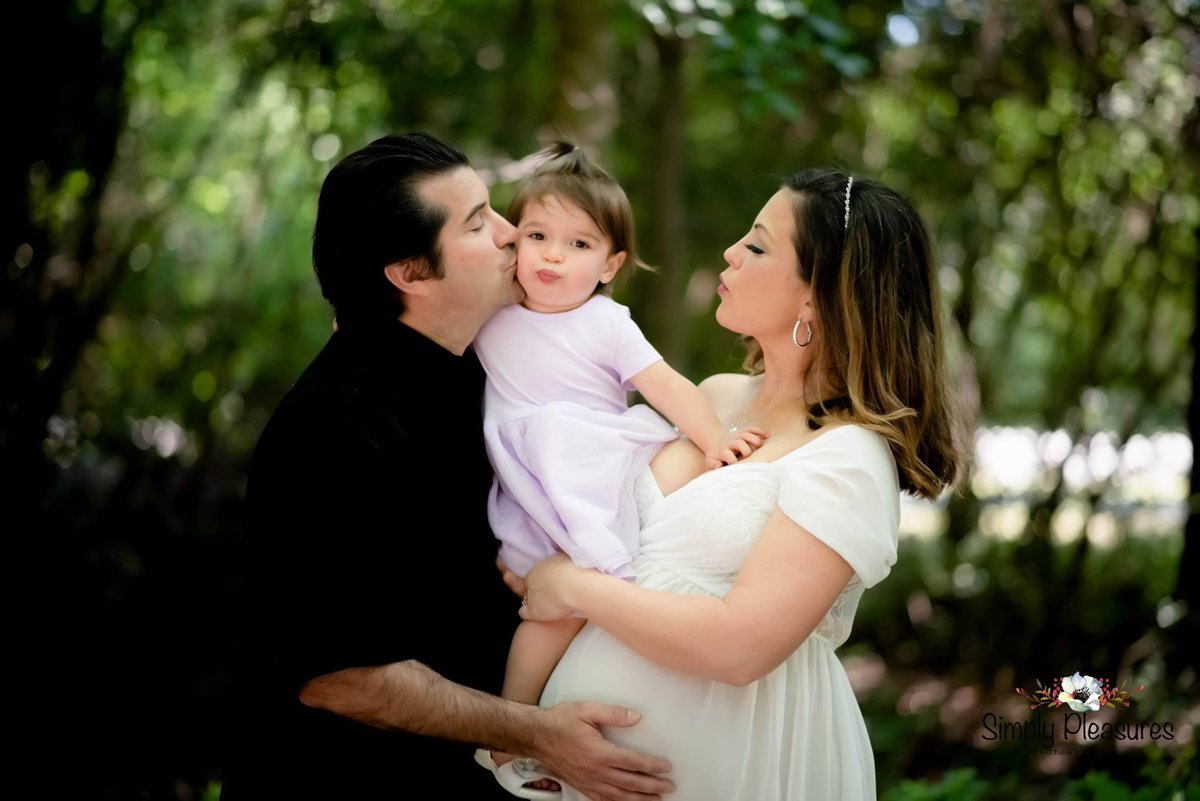 Finishing up this beautiful little family of 3, soon to be a family of 4's maternity photo session. #maternityphotography #maternityphotographer #maternityphotoshoot #cypressphotographer #cypresstexasmaternity #simplypleasuresphotography http://simplypleasuresphotography.com  832-971-2593pic.twitter.com/V6MQZblXa5