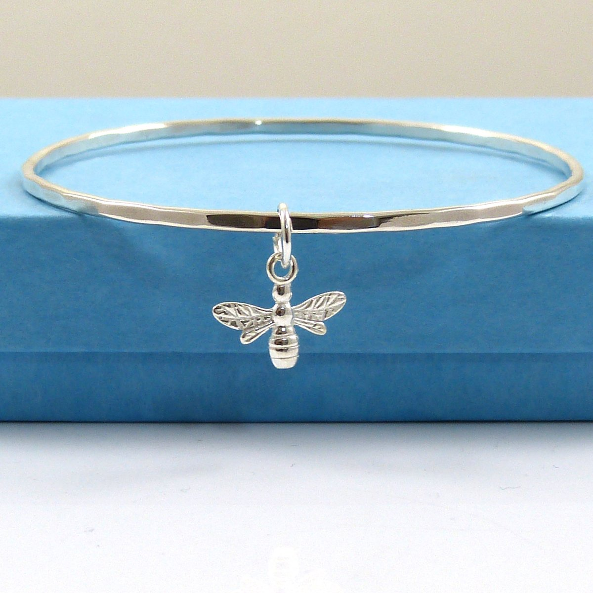 Sterling Silver Bee Bracelet Bangle - The Strandline https://etsy.me/2LyZIyr  #EarlyBiz #giftideas #seaglassjewellery #seaglassnecklace #womaninbiz #thestrandline #Northumberland #shopindie #supportsmallbusiness #NauticalJewellerypic.twitter.com/J6UHjpJn8m