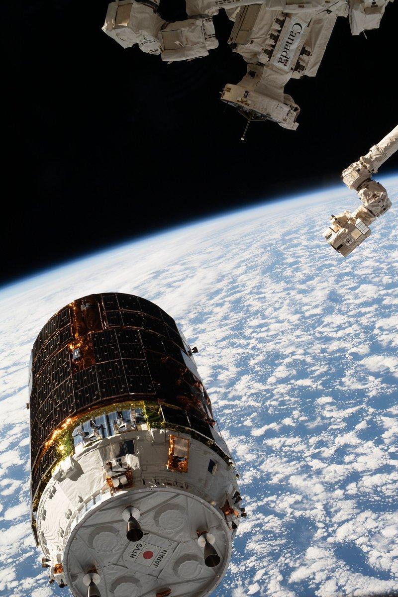@Astro_Doug @AstroBehnken @Space_Station @SpaceX @esa @JAXA_en And below them, the Japanese cargo vessel #HTV9