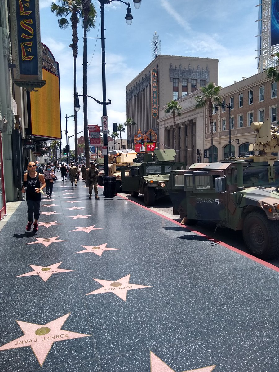 Idk what's crazier in Hollywood right now the national guard or the tourists #losangeles pic.twitter.com/TUIXJ1iBBp