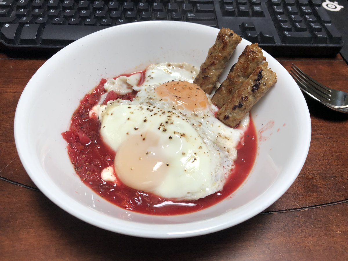 #lunch sausage links and eggs over leftover borsch pic.twitter.com/0f8NmYPbWf