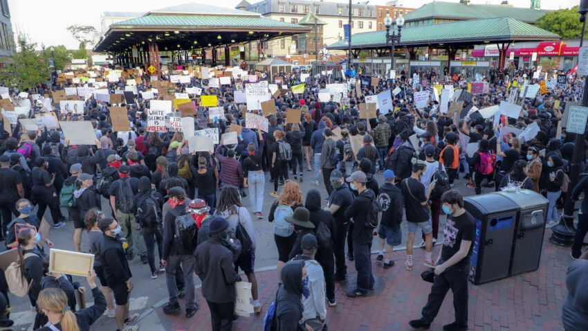 Several hundred protest George Floyd's death peacefully in Boston. trib.al/9M85wxY