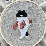 お寿司をたくさん食べたい猫の刺繍!両脇にお寿司を抱えてる姿が可愛すぎる!