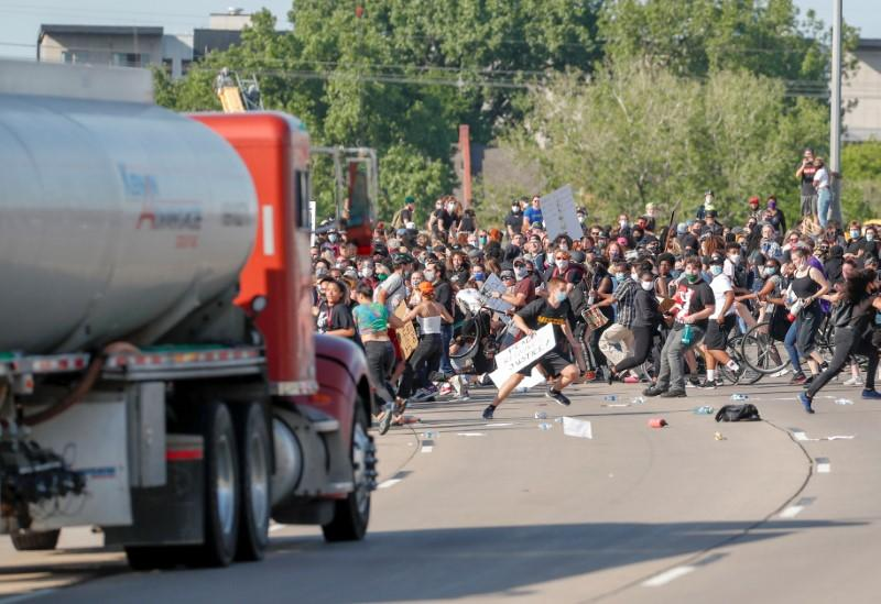 Tanker truck drives into protesters on Minneapolis highway: Reuters witness https://t.co/OanOA9F1Kg https://t.co/KnnQQfAoIs