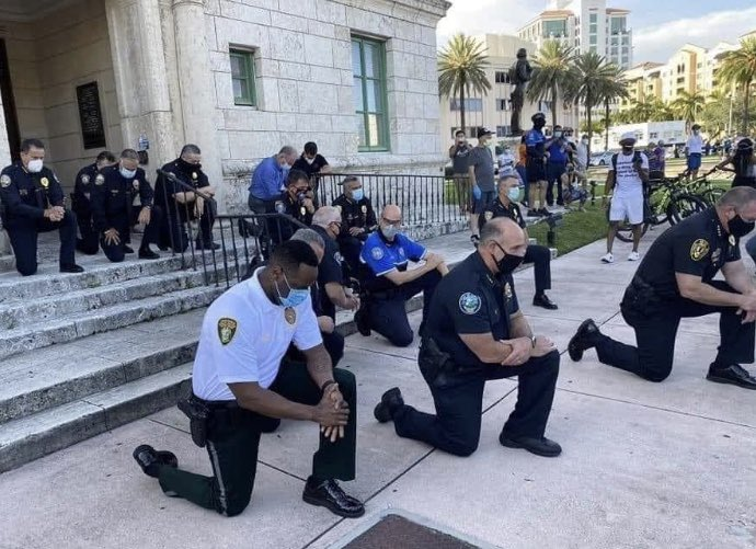 Miami police outclassed every police of the world. When protestors came guns blazing, they all went on their knee. The crowd begun to cry and joined them.  Prayers of forgiveness melted many hearts. I love this #GeorgeFloyd #BLACK_LIVES_MATTERS #miami pic.twitter.com/DhCMmpWTrn
