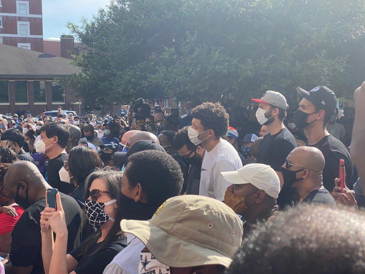 Mavs owner @mcuban, Dwight Powell, Jalen Brunson, Maxi Kleber and Justin Jackson at today's #GeorgeFloyd vigil outside Dallas Police headquarters. https://t.co/xltribxlzI