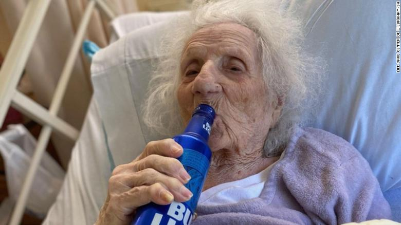 103-year-old woman celebrates beating Covid-19 with a cold beer cnn.it/2AviZyc