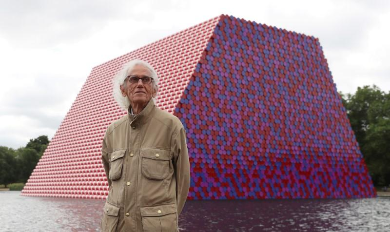 Artist Christo, known for wrapping exteriors of landmarks, dies at 84 reuters.com/article/us-art…