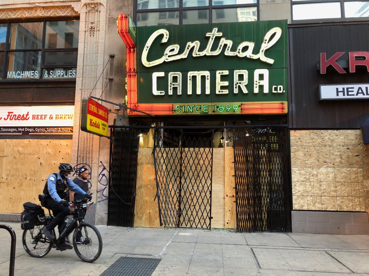 Despite the damage Central Camera incurred last night, the neon sign still glows @wttw #news #ChicagoProtestspic.twitter.com/0ZhWsyqANw