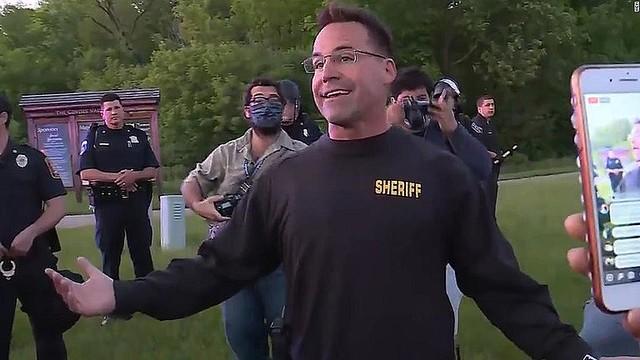 【話題】デモ隊に笑顔で語りかけ、米保安官の行動に称賛の声保安官は「抗議ではなくパレードにしたい」などとデモ参加者に語りかけ、笑顔でハイタッチを交わすと、集まった人たちの中から「一緒に歩こう」という声が巻き起こった。