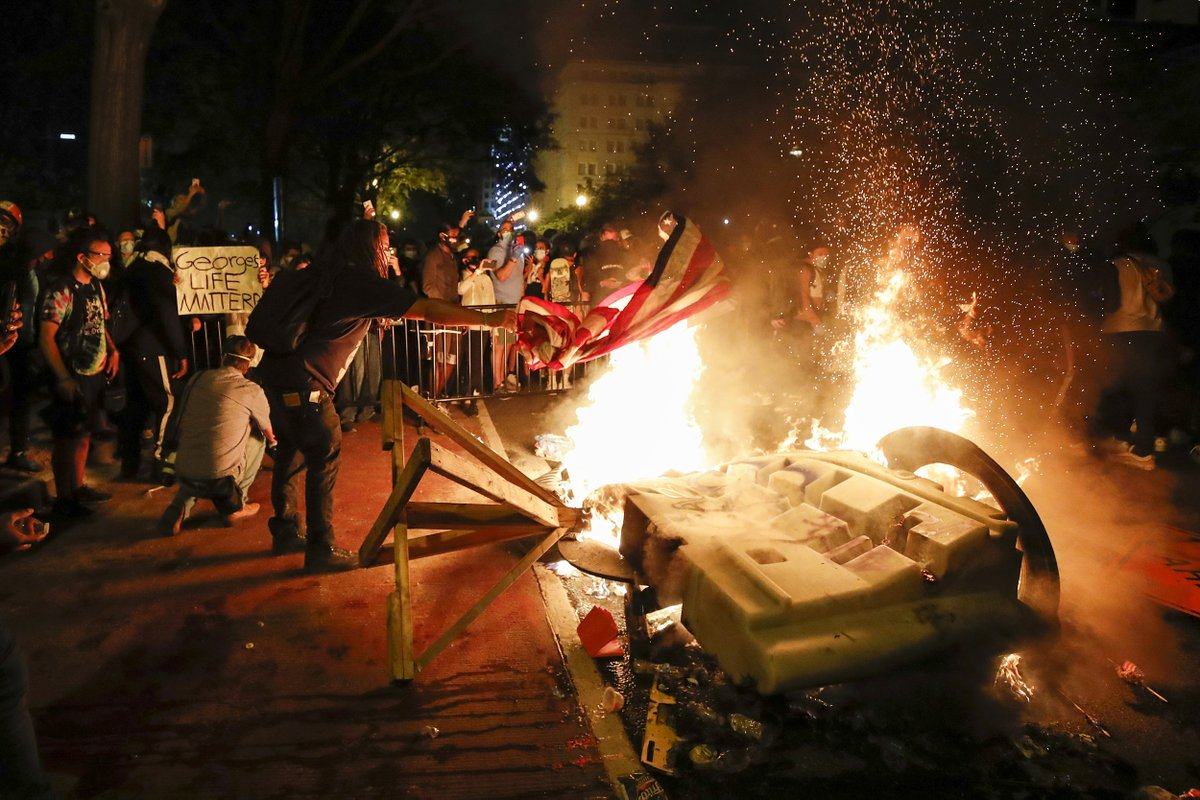 Demonstrators start a fire near the White House as they protest the death of George Floyd.  📷 Alex Brandon / AP https://t.co/eh0dbdfvF6