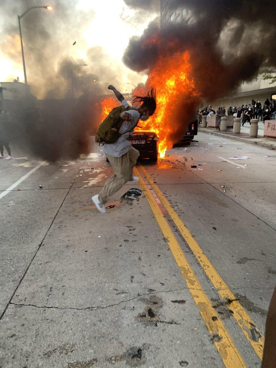 暴動の中それに参加することもなくただ燃える火の傍で技を決めるスケーターを観て、僕はもう自分は二度とストリートに立つ人間にはなれないような気がしてしまった 今まで見た写真で1番痺れさせられた