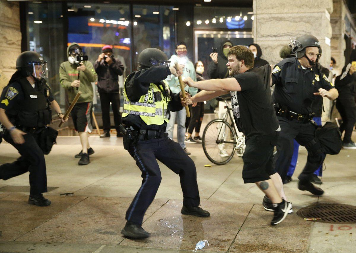 25 photos of the chaotic scene in downtown Boston following a day of peaceful protests trib.al/CXBOgPL