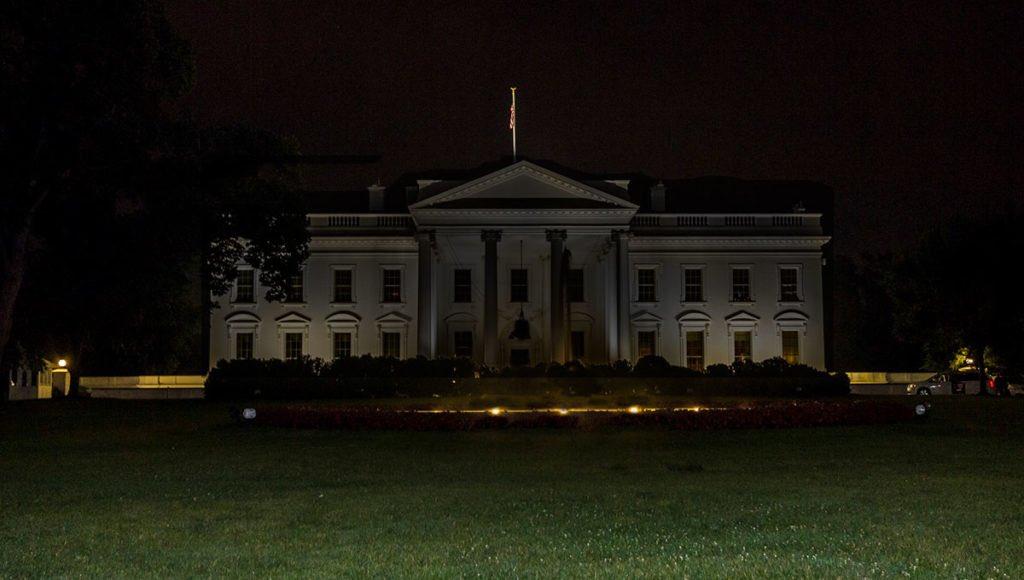 Medios y periodistas señalan que las luces externas de la Casa Blanca en Washington, que normalmente mantienen iluminada la fachada, fueron apagadas esta noche. twitter.com/markknoller/st…