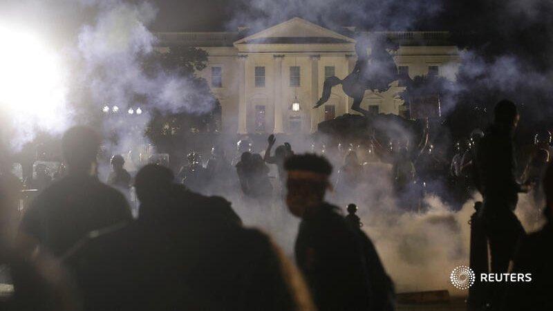 """""""La Foto"""" que está dando vuelta al mundo... Parece una imagen del Medio Oriente, pero es la Casa Blanca un lunes 1 de junio del 2020 a la media noche... #EstadosUnidos Foto generada por Reuters"""