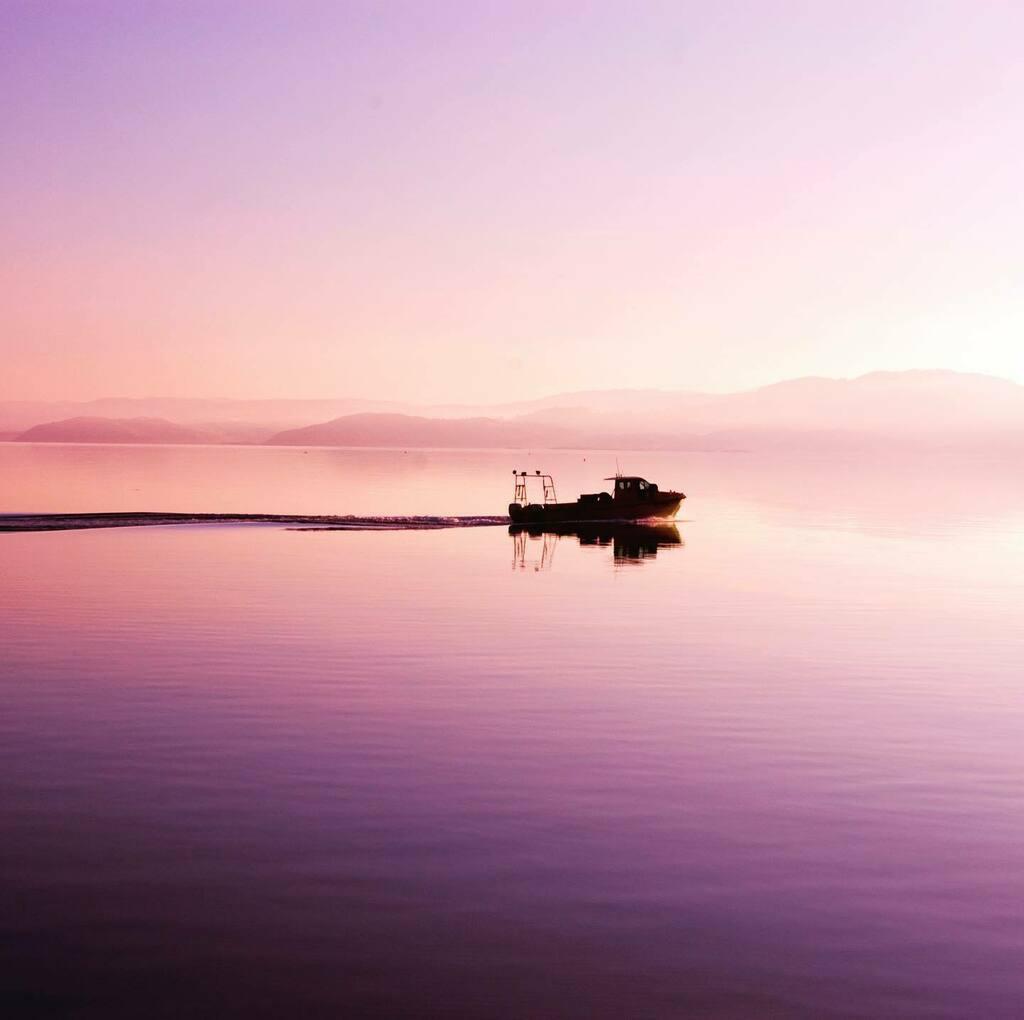 Boat leaving Tarbert at dawn. #tarbert #lochfyne #argyllandbute #argyll #fishingboat #dawn #scotland #sealoch #fishing #boat #sunrise #calmwater #ripples https://instagr.am/p/CA4VGOuHlza/pic.twitter.com/0bi9VV6jNh