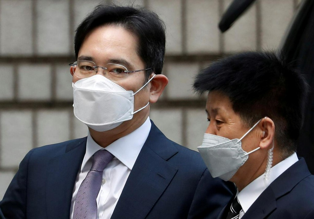 Samsung leader appears in court, waits to hear if he'll be jailed again