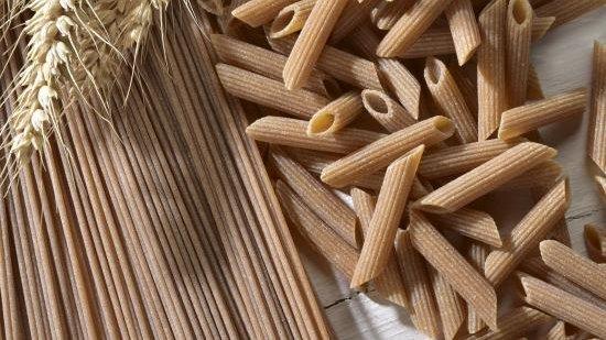 Et si vous vous mettiez aux céréales complètes ? Parce qu'elles ont gardé leur enveloppe extérieure (le son), les céréales complètes sont plus riches en fibres et en nutriments que les céréales dites raffinées. En savoir plus avec notre article dédié : https://t.co/ci3rHLmLNe https://t.co/Y21Py22TfU