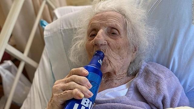 【大好物】新型コロナから回復の103歳女性、冷えたビールで祝う 米4月に陽性と診断されたが、5月8日に陰性に。看護師が病室に入ると「もう病気じゃない。ここから出して」と言ったそう。